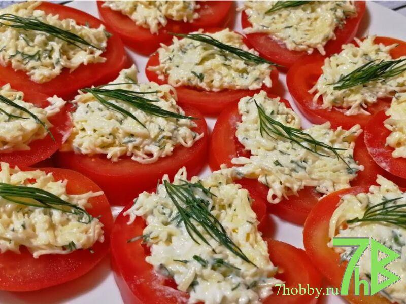 закуска из сыра и чеснока на помидорах