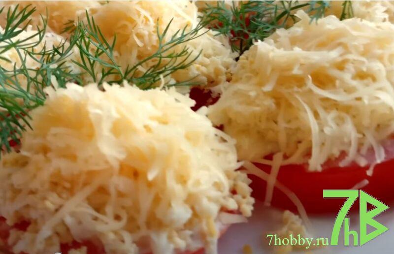 закуска сыр с чесноком и майонезом и яйцом на помидорах