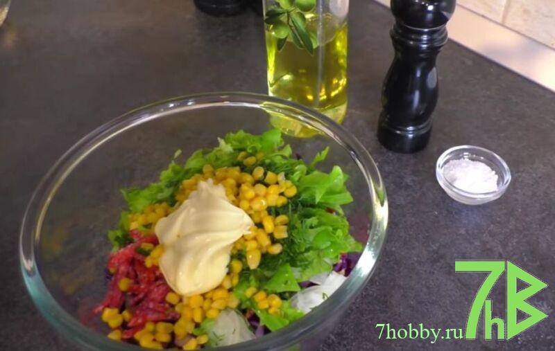 Салат из сиреневой капусты с кукурузой и огурцом