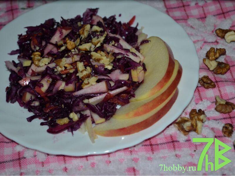 салат из фиолетовой капусты с яблоком и морковью и грецкими орехами