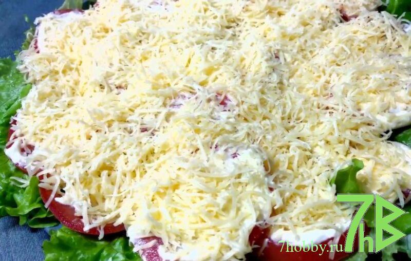 сыр с чесноком и майонезом на помидоре