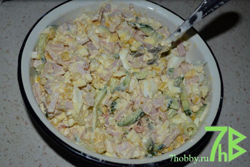 Итальянский салат с ветчиной и кукурузой