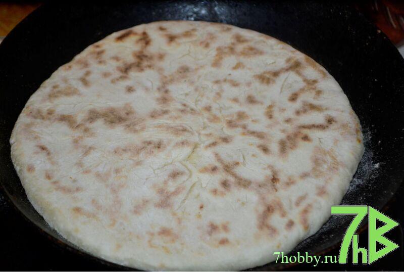Хачапури с творогом, сыром и зеленью на сковороде
