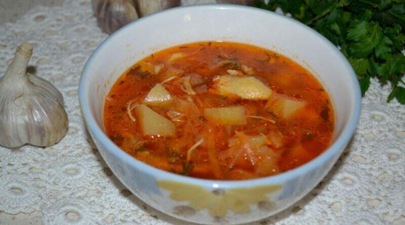 Щи из квашеной капусты с курицей и томатной пастой