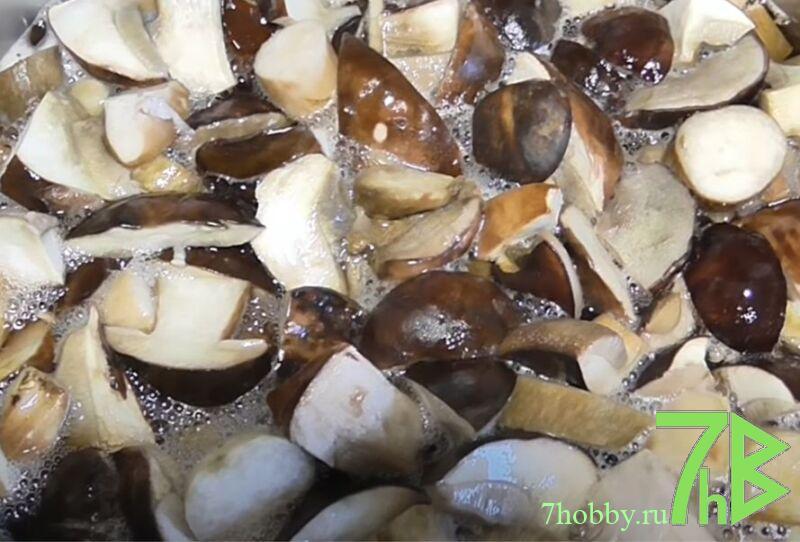 жареные лесные грибы с луком