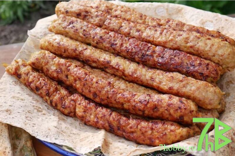 люля-кебаб на шампурах из фарша курицы на мангале