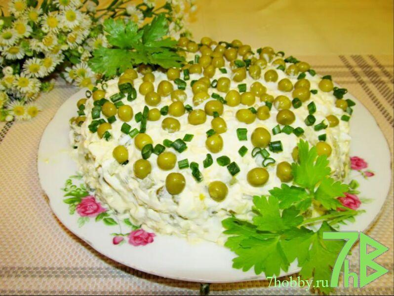 Салат с печенью трески и горошком и соленым огурцом