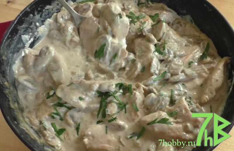 Куриное филе с грибами в сметанном соусе на сковороде